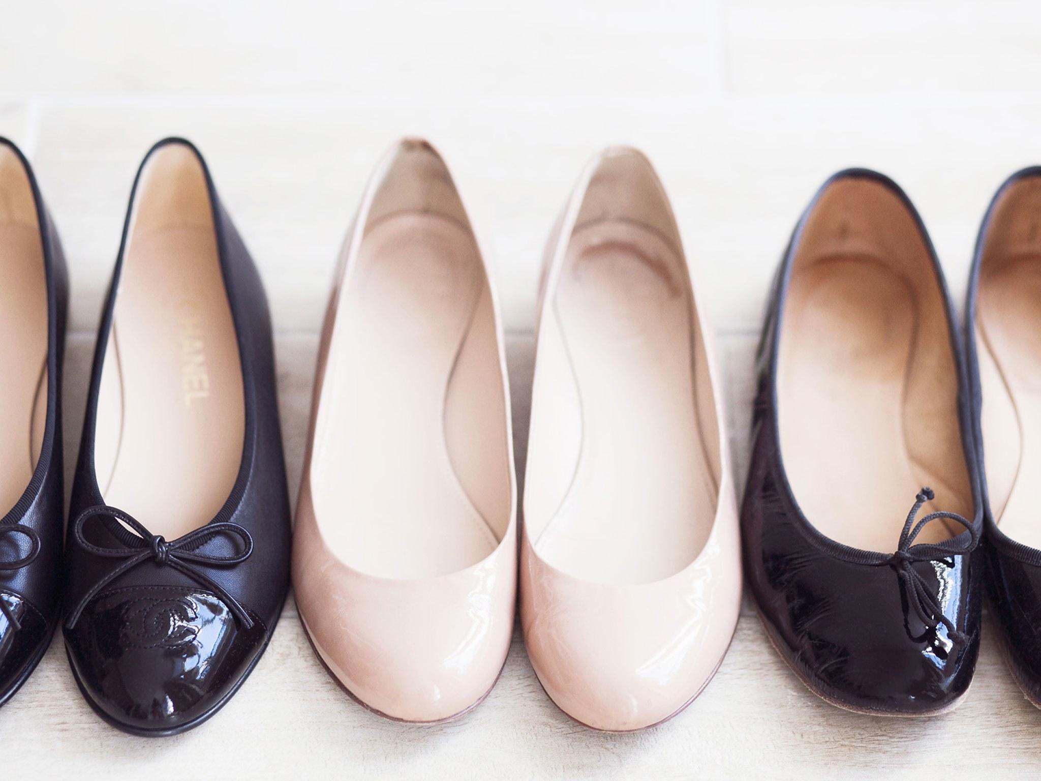 50744c622 Среди поклонниц непринуждённого стиля весьма популярны лоферы – туфли без  застёжки на небольшом каблуке. Летом у городских модниц в фаворе стильные  слипоны, ...