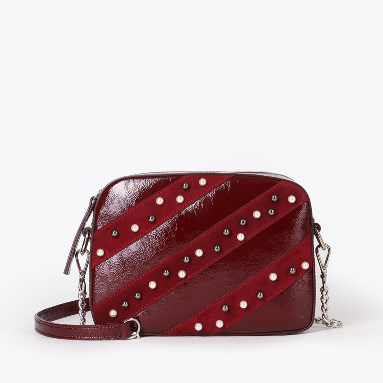 de158dde2bf4 Темно-красная сумка-клатч из лаковой кожи и замши с жемчужным декором  Brissio ...