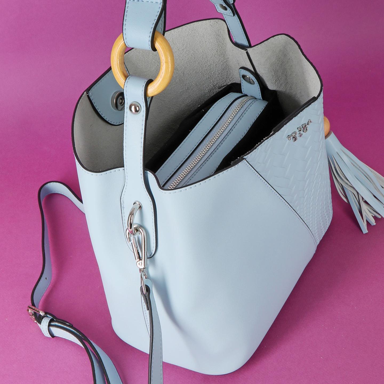 06439e3e1b34 Голубая сумочка из натуральной плотной кожи с деревянными деталями ...