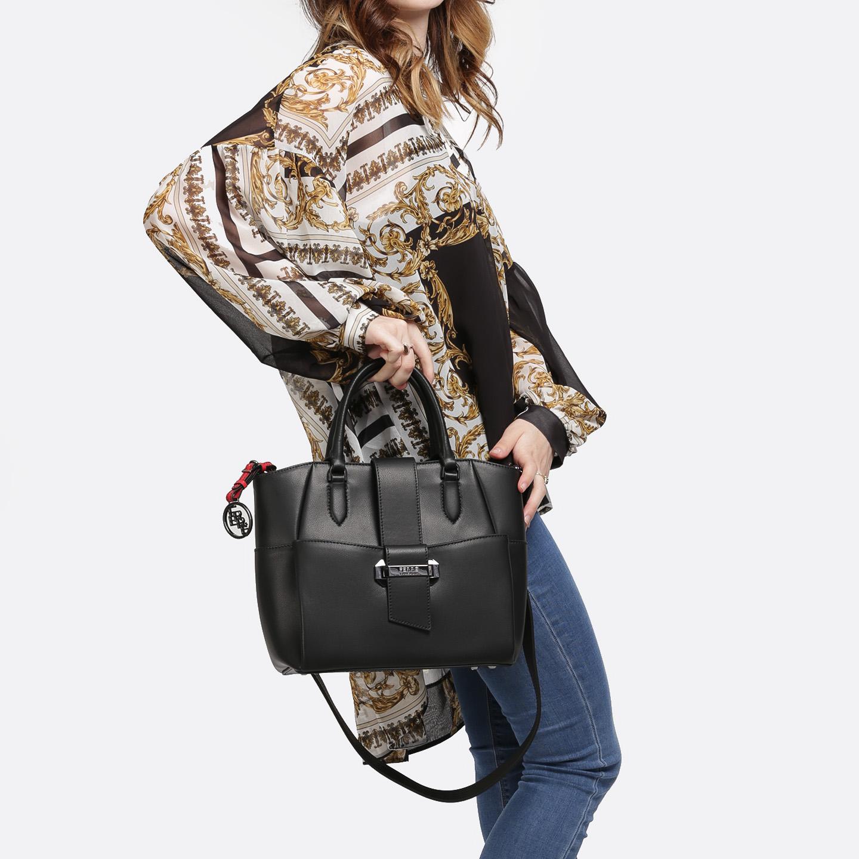 7d792db65526 Классическая сумка из экокожи с карманом на передней части и широким  плечевым ремнем Ferre collezioni ...