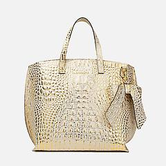 7038cc00b694 ... Золотая кожаная сумка-тоут с тиснением под крокодила и брелоком-бантом  Di Gregorio 9071
