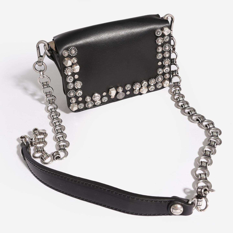 307c23202fb0 Маленькая черная сумочка из плотной кожи на ремне с цепочкой Campomaggi ...